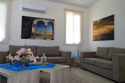 Гостиная. Кипр, Лачи : Роскошная вилла с бассейном возле пляжа, 3 спальни, 2 ванные комнаты, парковка, Wi-Fi