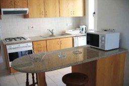 Кухня. Кипр, Хлорака : Прекрасное бунгало с видом на море, с 2-мя спальнями, с бассейном, зелёным садом и барбекю