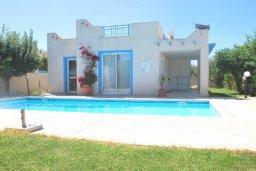 Фасад дома. Кипр, Хлорака : Прекрасное бунгало с видом на море, с 2-мя спальнями, с бассейном, зелёным садом и барбекю