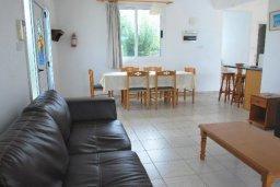 Гостиная. Кипр, Хлорака : Семейная вилла с видом на море, с 3-мя спальнями, с бассейном и зелёным двориком с барбекю