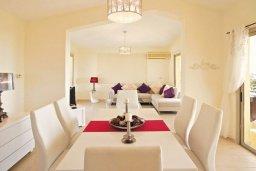 Обеденная зона. Кипр, Си Кейвз : Восхитительная вилла с 3-мя спальнями, с бассейном, зелёным двориком с барбекю и просторной верандой с бильярдом и видом на Средиземное море