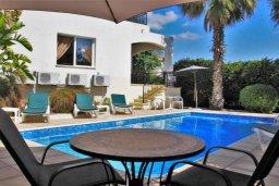 Фасад дома. Кипр, Корал Бэй : Сказочная вилла с 3-мя спальнями, бассейном, зелёным двориком с барбекю и тенистой террасой с патио