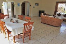 Гостиная. Кипр, Корал Бэй : Сказочная вилла с 3-мя спальнями, бассейном, зелёным двориком с барбекю и тенистой террасой с патио