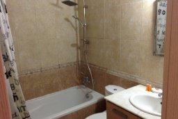 Ванная комната. Кипр, Ларнака город : Уютный апартамент с гостиной, двумя спальнями и балконом