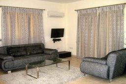 Гостиная. Кипр, Корал Бэй : Прекрасная просторная вилла с 3-мя спальнями, с бассейном и зелёным двориком с патио и барбекю, расположена в нескольких минутах ходьбы от песчаного пляжа Coral Bay