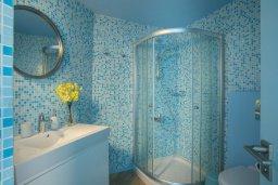 Ванная комната. Кипр, Пернера : Современный апартамент в 100 метрах от пляжа, с гостиной, отдельной спальней и балконом с видом на море