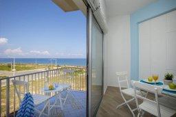Балкон. Кипр, Пернера : Современный апартамент в 100 метрах от пляжа, с гостиной, отдельной спальней и балконом с видом на море