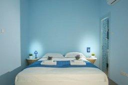 Спальня. Кипр, Пернера : Современный апартамент в 100 метрах от пляжа, с гостиной, отдельной спальней и балконом с видом на море