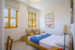 Спальня. Кипр, Санрайз Протарас : Очаровательный коттедж в традиционном греческом стиле с 2-мя спальнями, уютным двориком с патио, расположен на холме Ayios Elias