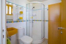 Ванная комната. Кипр, Санрайз Протарас : Очаровательный коттедж в традиционном греческом стиле с 2-мя спальнями, уютным двориком с патио, расположен на холме Ayios Elias