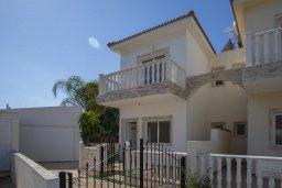 Фасад дома. Кипр, Пернера : Уютная вилла с 2-мя спальнями, с зелёным двориком, патио и барбекю, в комплексе с общим бассейном