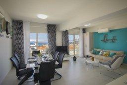 Гостиная. Кипр, Пернера : Современный уютный апартамент в комплексе с бассейном, с гостиной, отдельной спальней и балконом с видом на море