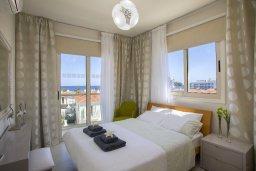 Спальня. Кипр, Пернера : Современный уютный апартамент в комплексе с бассейном, с гостиной, отдельной спальней и балконом с видом на море