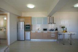 Кухня. Кипр, Пернера : Современный уютный апартамент в комплексе с бассейном, с гостиной, отдельной спальней и балконом с видом на море