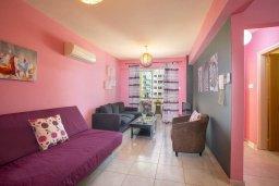 Гостиная. Кипр, Ларнака город : Современный апартамент с гостиной, отдельной спальней и балконом