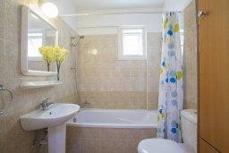 Ванная комната. Кипр, Ларнака город : Современный апартамент с гостиной, отдельной спальней и балконом
