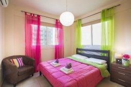 Спальня. Кипр, Ларнака город : Современный апартамент с гостиной, отдельной спальней и балконом