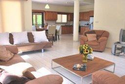 Гостиная. Кипр, Си Кейвз : Комфортабельная семейная вилла с 4-мя спальнями, с бассейном и двориком с патио и барбекю