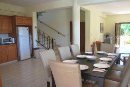 Обеденная зона. Кипр, Си Кейвз : Комфортабельная семейная вилла с 4-мя спальнями, с бассейном и двориком с патио и барбекю