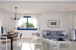Гостиная. Кипр, Аргака : Милая вилла с 2-мя спальнями, с бассейном, тенистой террасой с патио и барбекю, расположена на берегу моря в деревне Аргака