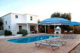 Фасад дома. Кипр, Аргака : Милая вилла с 2-мя спальнями, с бассейном, тенистой террасой с патио и барбекю, расположена на берегу моря в деревне Аргака