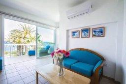Гостиная. Кипр, Пернера : Роскошная вилла с видом на море и в 20 метрах от пляжа, 3 спальни, парковка, барбекю, Wi-Fi