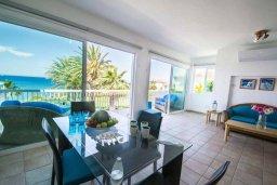 Гостиная. Кипр, Пернера : Роскошный пентхаус с потрясающим видом на Средиземное море, с 3-мя спальнями, с зелёным двориком, барбекю, расположен прямо на знаменитом пляже Sirena Beach