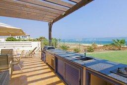 Терраса. Кипр, Сиренс Бич - Айя Текла : Потрясающая вилла на побережье Средиземного моря с 4-мя спальнями, с бассейном, тенистой террасой с патио и барбекю