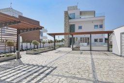 Фасад дома. Кипр, Аммос - Лимнария Бич : Роскошная современная вилла с бассейном и джакузи, 70 метров до пляжа, 6 спален, 6 ванных комнат, барбекю, парковка, Wi-Fi