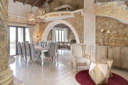 Гостиная. Кипр, Паралимни : Шикарный дом с большим бассейном и джакузи, 4 спальни, 2 ванные комнаты, сауна, камин, барбекю, парковка, Wi-Fi