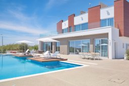 Фасад дома. Кипр, Аммос - Лимнария Бич : Роскошная современная вилла с бассейном и джакузи, 70 метров до пляжа, 3 спальни, 4 ванные комнаты, барбекю, парковка, Wi-Fi