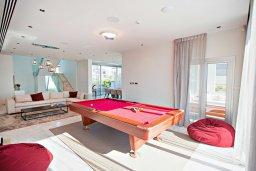 Гостиная. Кипр, Аммос - Лимнария Бич : Роскошная современная вилла с бассейном и джакузи, 70 метров до пляжа, 2 гостиные, 2 кухни, 6 спален, 6 ванных комнат, барбекю, бильярд, парковка, Wi-Fi