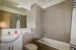 Ванная комната. Кипр, Св. Рафаэль Лимассол : Современный апартамент в комплексе с бассейном, с большой гостиной, двумя спальнями и балконом