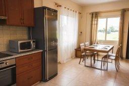 Кухня. Кипр, Гермасойя Лимассол : Прекрасная вилла с бассейном и приватным двориком, 3 спальни, 2 ванные комнаты, парковка, Wi-Fi