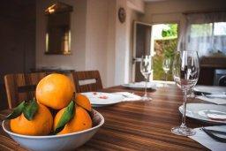 Обеденная зона. Кипр, Гермасойя Лимассол : Прекрасная вилла с бассейном и приватным двориком, 3 спальни, 2 ванные комнаты, парковка, Wi-Fi
