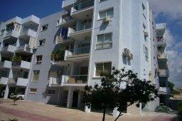 Фасад дома. Кипр, Айос Тихонас Лимассол : Апартамент в 50 метрах от пляжа, с гостиной, отдельной спальней и балконом с видом на море