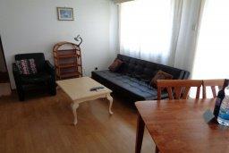 Гостиная. Кипр, Айос Тихонас Лимассол : Апартамент в 50 метрах от пляжа, с гостиной, отдельной спальней и балконом с видом на море