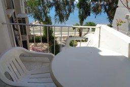 Балкон. Кипр, Айос Тихонас Лимассол : Апартамент в 50 метрах от пляжа, с гостиной, отдельной спальней и балконом с видом на море