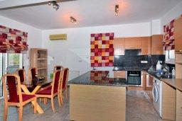 Кухня. Кипр, Корал Бэй : Великолепная вилла с 3-мя спальнями, с бассейном, крытой террасой с патио и зелёным двориком с барбекю