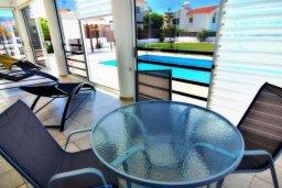 Обеденная зона. Кипр, Корал Бэй : Великолепная вилла с 3-мя спальнями, с бассейном, крытой террасой с патио и зелёным двориком с барбекю
