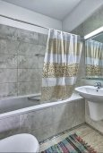 Ванная комната. Кипр, Гермасойя Лимассол : Роскошный апартамент с собственным садом в комплексе с бассейном, большая гостиная, 3 спальни, 3 ванные комнаты, терраса