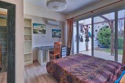 Спальня. Кипр, Гермасойя Лимассол : Роскошный апартамент с собственным садом в комплексе с бассейном, большая гостиная, 3 спальни, 3 ванные комнаты, терраса