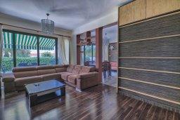Гостиная. Кипр, Гермасойя Лимассол : Роскошный апартамент с собственным садом в комплексе с бассейном, большая гостиная, 3 спальни, 3 ванные комнаты, терраса