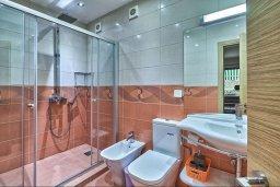 Ванная комната 3. Кипр, Гермасойя Лимассол : Роскошный апартамент с собственным садом в комплексе с бассейном, большая гостиная, 3 спальни, 3 ванные комнаты, терраса