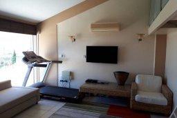 Гостиная. Кипр, Пиргос : Двухуровневый апартамент в комплексе с бассейном, с большой гостиной, 4-мя спальнями, 2-мя ванными комнатами и огромной террасой с барбекю и плетеной мебелью