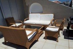 Терраса. Кипр, Пиргос : Двухуровневый апартамент в комплексе с бассейном, с большой гостиной, 4-мя спальнями, 2-мя ванными комнатами и огромной террасой с барбекю и плетеной мебелью