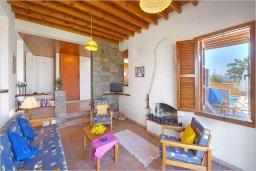 Гостиная. Кипр, Полис город : Роскошная вилла с бассейном в 40 метрах от пляжа, 2 спальни, 3 ванные комнаты, барбекю, парковка, Wi-Fi