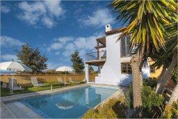 Фасад дома. Кипр, Полис город : Роскошная вилла с бассейном в 40 метрах от пляжа, 3 спальни, 3 ванные комнаты, барбекю, парковка, Wi-Fi