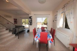 Обеденная зона. Кипр, Нисси Бич : Уютная вилла с 3-мя спальнями, с бассейном, приватным двориком с патио и барбекю