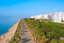 Близлежащие пляжи. Кипр, Центр Лимассола : Светлая очаровательная студия для троих с потрясающим видом на пляж в самом центре Лимассола